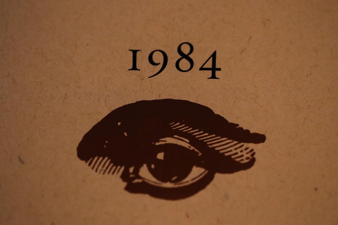 2017年1月25日洛杉磯,喬治・奧威爾的小說《1984》在書店内。