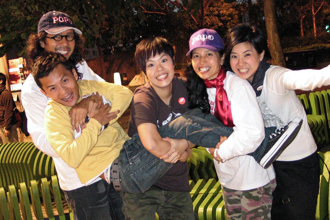 2006年1月25日,林一峰(左二)與at17。