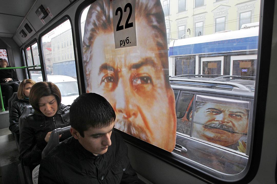 2010年5月5日俄羅斯聖彼得堡,乘客在畫了蘇聯獨裁者史大林肖像的公共汽車。