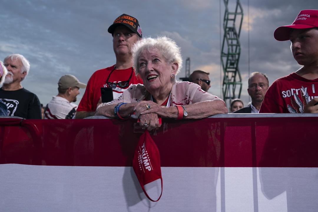 2020年9月24日,佛羅里達州舉行的特朗普競選集會上,支持者專心聆聽特朗普的講話。