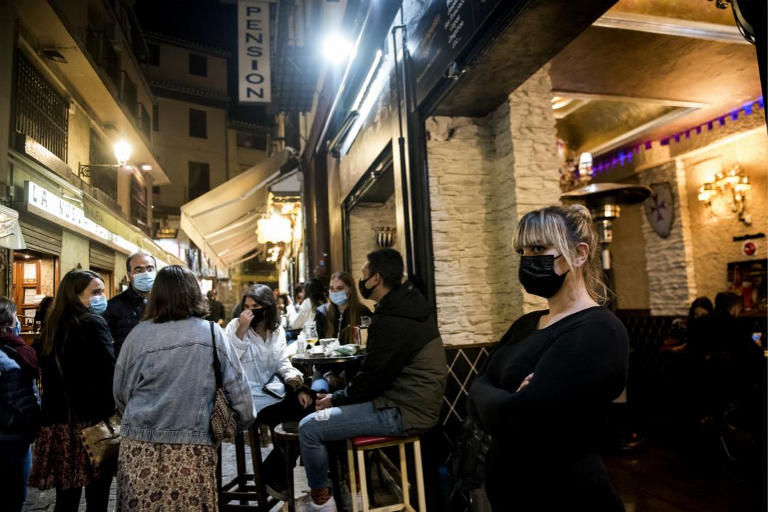 2020年10月24日,西班牙格拉納達(Granada)一間酒館。 攝:Carlos Gil Andreu/Getty Images