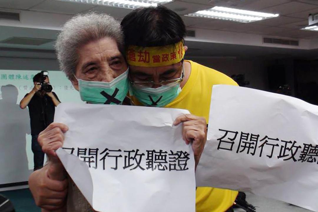 陳蔡信美跟兒子陳致曉於2016年8月9日內政部都委會,拿著「召開行政聽證」的白紙,相擁痛哭。 攝:朱淑娟