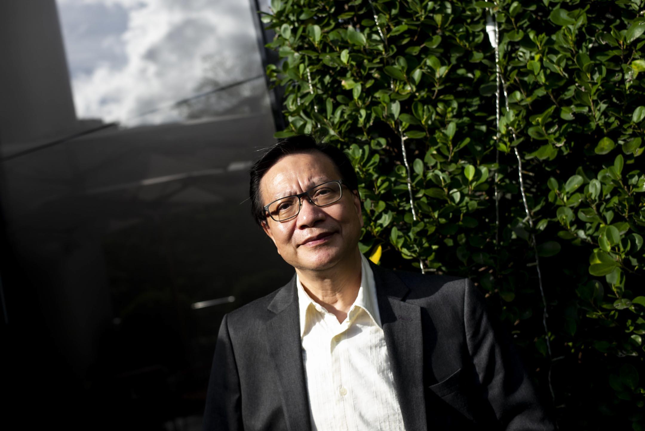 張炳良今年67歲,曾當公務員,80年代加入匯點,其後成為民主黨創黨成員,95年擠身立法局擔任議員。後退出政黨,2005年獲邀加入行政會議,2012年加入梁振英班子,成為運輸及房屋局局長。5年任期完結後重返校園研究香港管治,閒時授課。 攝:林振東/端傳媒