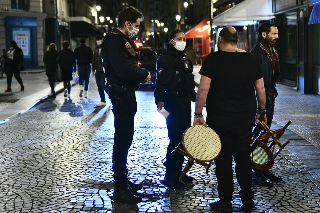 2020年10月16日,法國巴黎,警察在宵禁令即將生效前巡邏。 攝:Julien Mattia/Getty Images