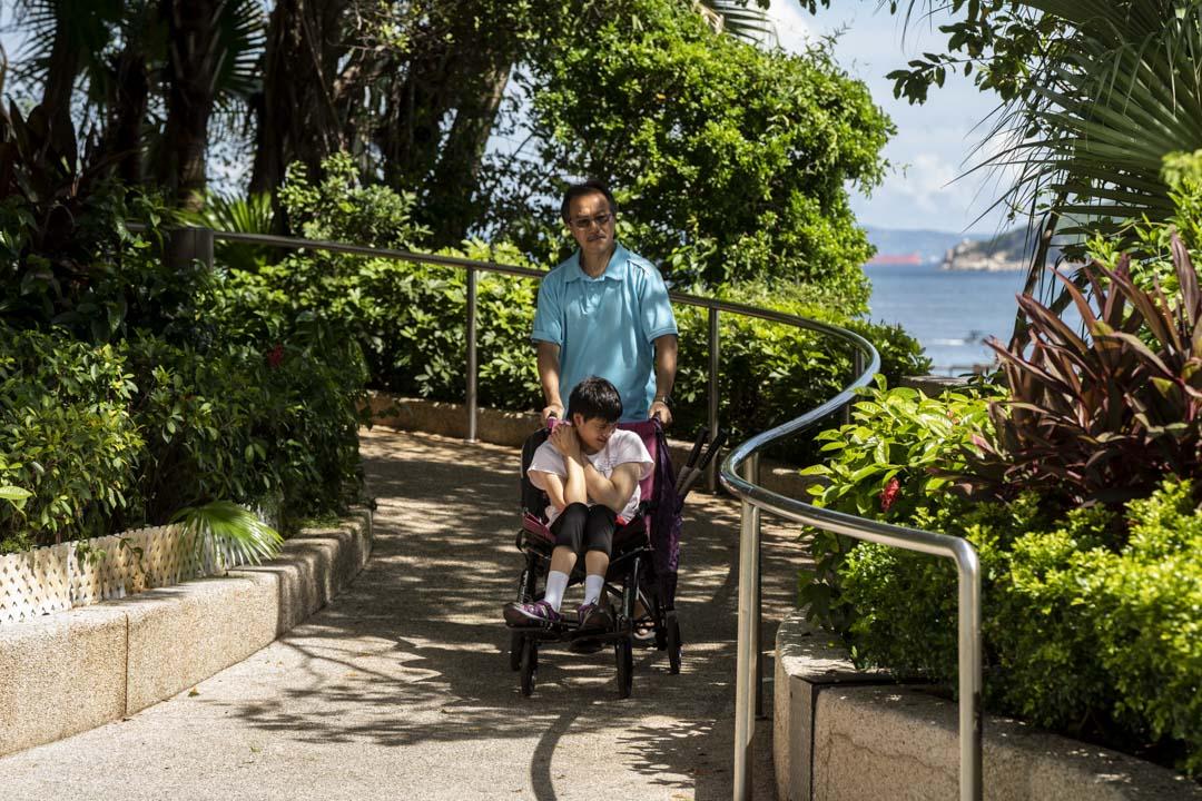 張超雄每週六下午都盡量與女兒盈盈在屋苑附近散步。