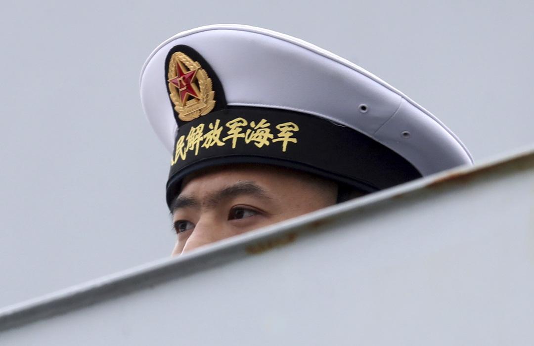 2019年7月24日俄羅斯聖彼得堡俄羅斯海軍閲兵期間,中國海軍水面部隊導彈驅逐艦上的一名海軍。