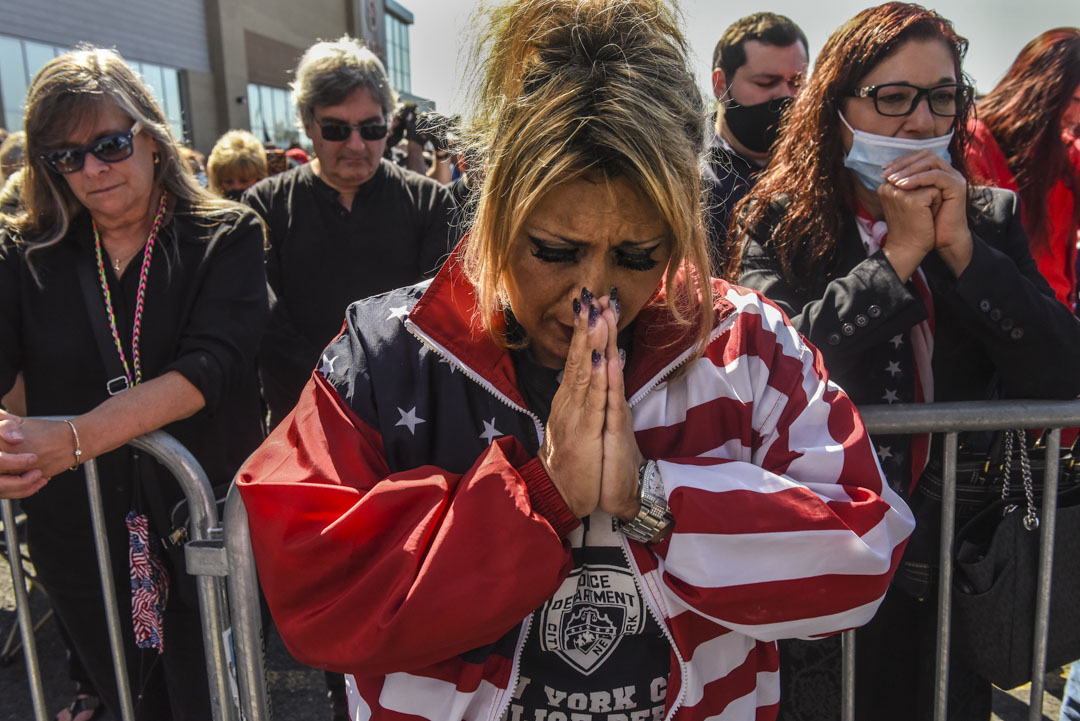 2020年10月3日,美國紐約史泰登島市舉行的支持特朗普集會上,有支持者為染疫的特朗普祈禱。