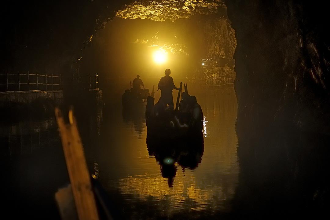 2013年5月8日台灣連江縣,遊人在昔日重要軍事設施的隧道裡面乘小船遊覧。