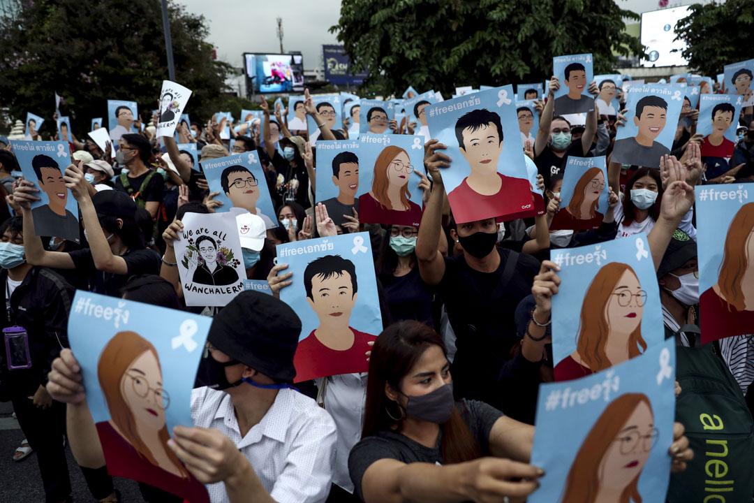 2020年10月18日泰國曼谷,示威者手持被捕領袖的海報抗議。