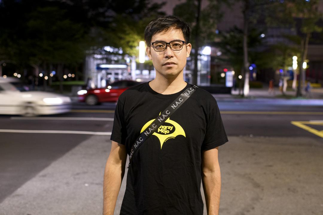 2020年10月26日,鄞義林(Roy Ngerng)在台北,參加了台灣聲援12港人的遊行。他在2015年被新加坡法院裁定誹謗李顯龍,後移居台北。