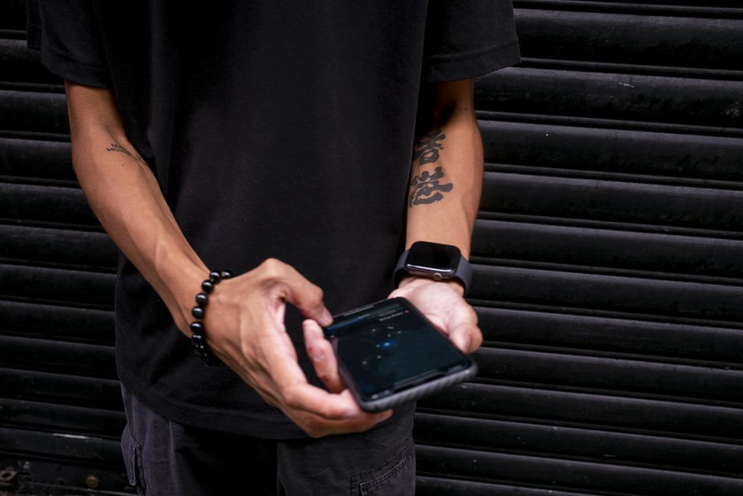 高希手臂上印有香港的紋身。