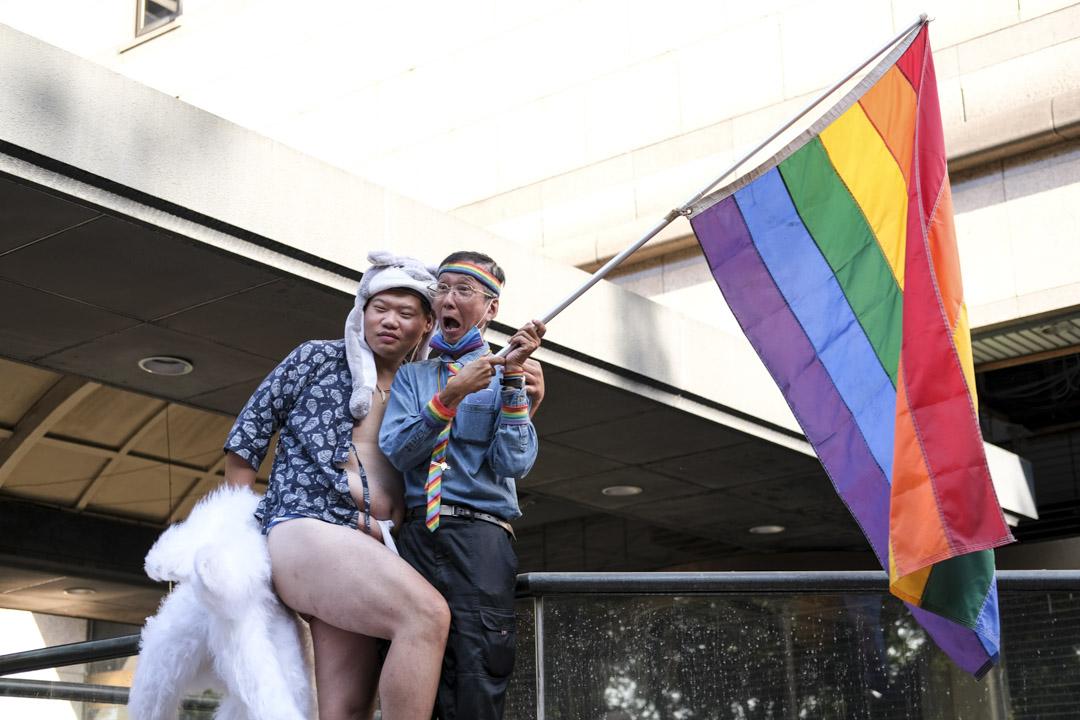 2020年10月31日,台灣同志遊行,祁家威揮舞彩虹旗。