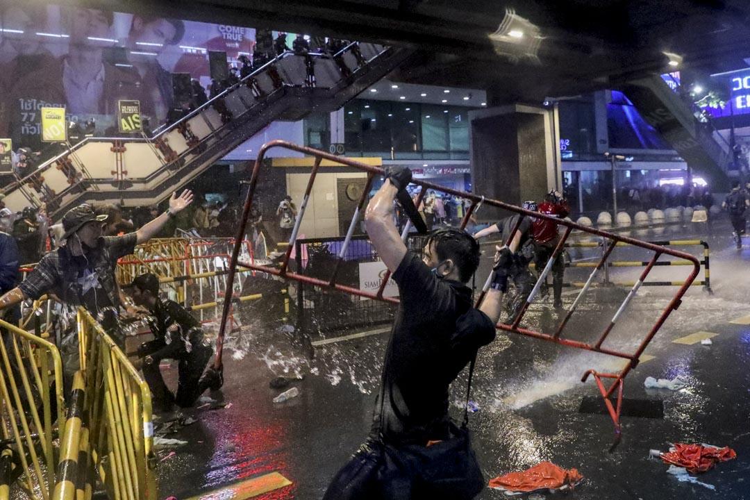 2020年10月16日泰國曼谷,一位示威者在抗議中舉起路障。