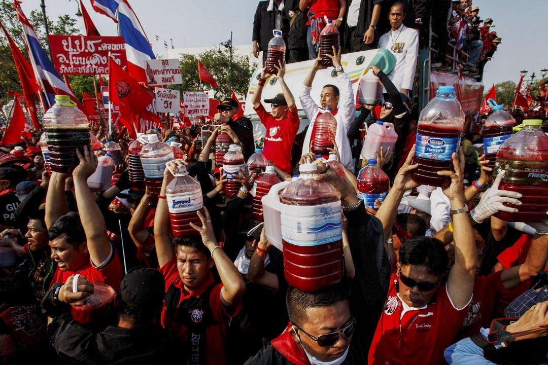 2010年3月16日曼谷,被廢位的泰國總理他信的支持者「紅衫軍」聚集曼谷政府大樓外。