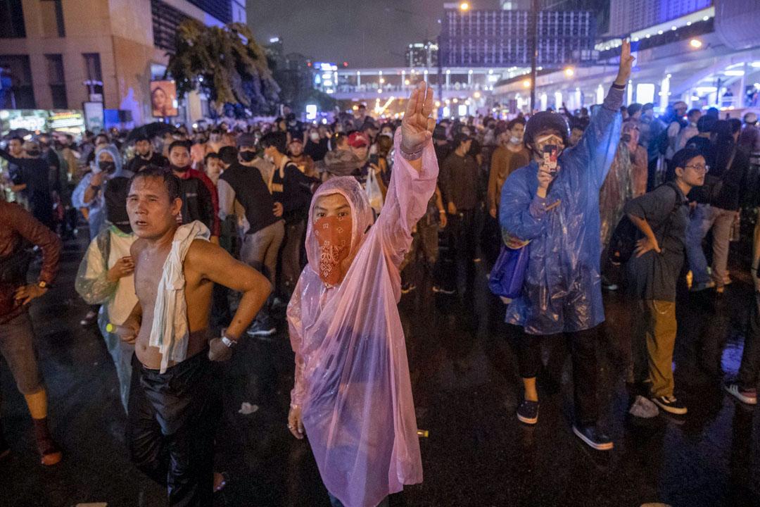 2020年10月16日泰國曼谷,示威者舉起舉起象徵反抗三隻手指。