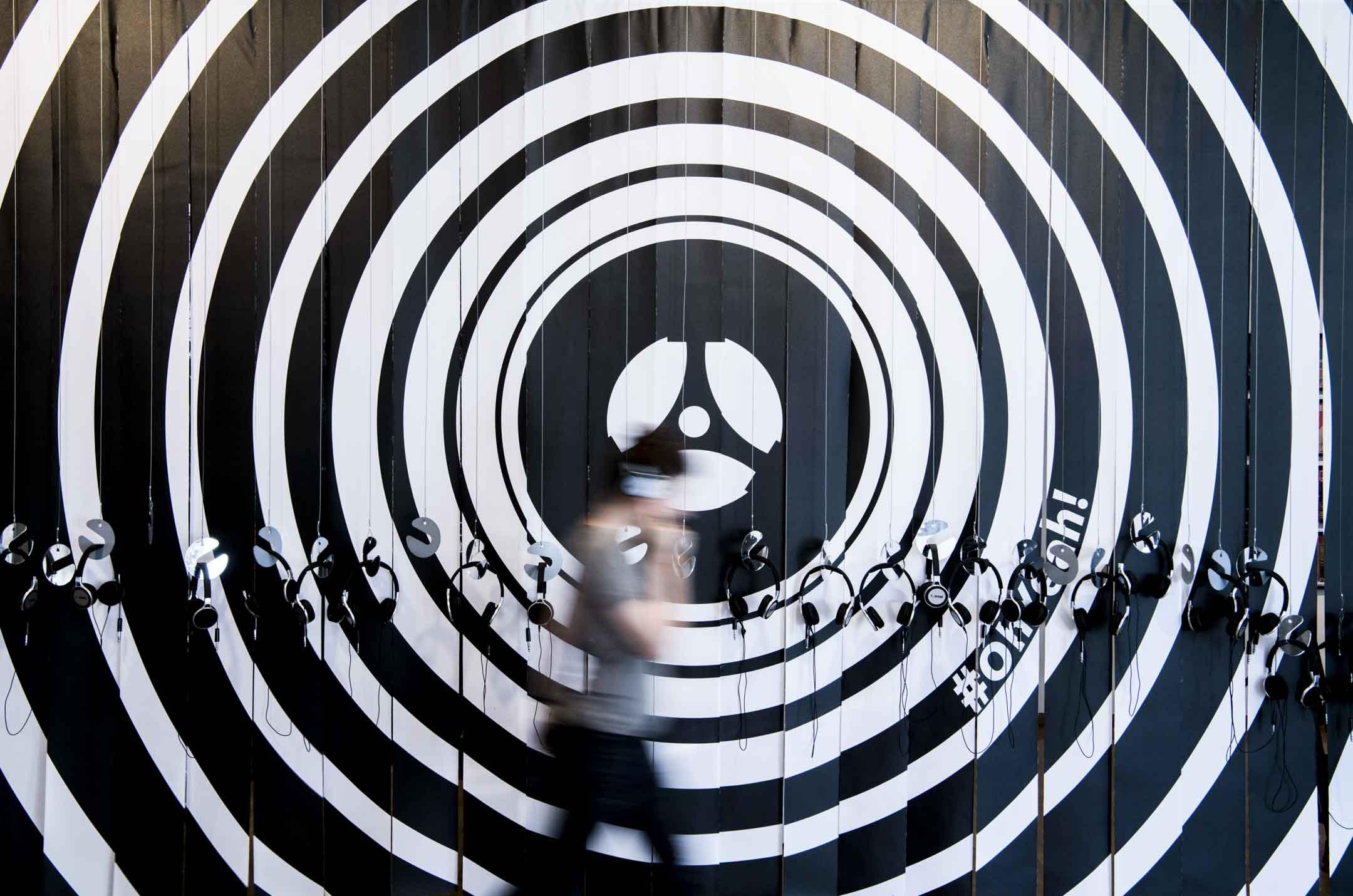 德國一個有關音樂的展覽,有不少懸掛在牆上的耳機。 攝:Boris Roessler/picture-alliance/dpa/AP/達志影像