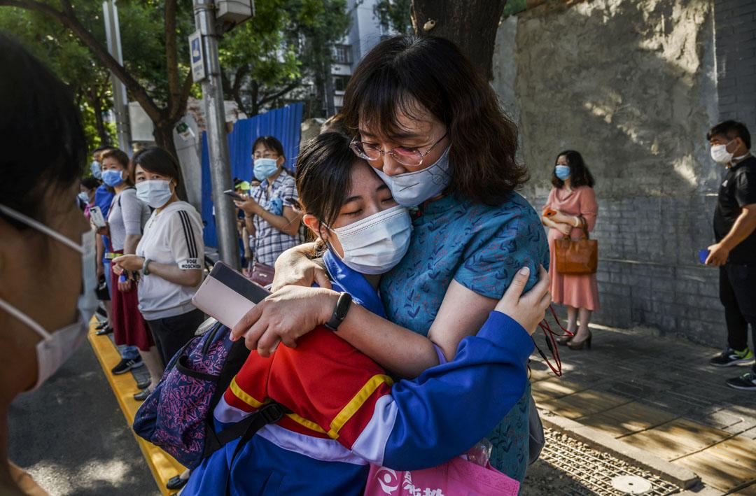 2020年7月7日,北京一名學生在進入學校前擁抱母親。