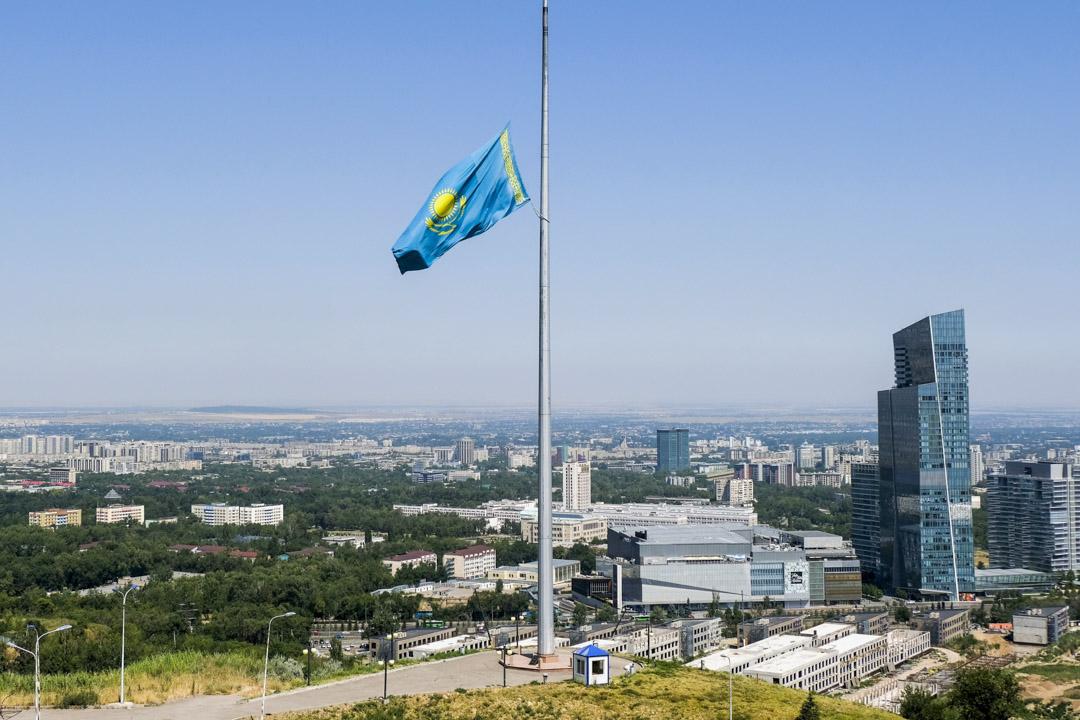 2020年7月13日,哈薩克斯坦在全國范圍內為2019冠狀病毒受害者哀悼,阿拉木圖一幢建築物的國旗下半旗致哀。 攝:Vladimir Tretyakov/AP/達志影像