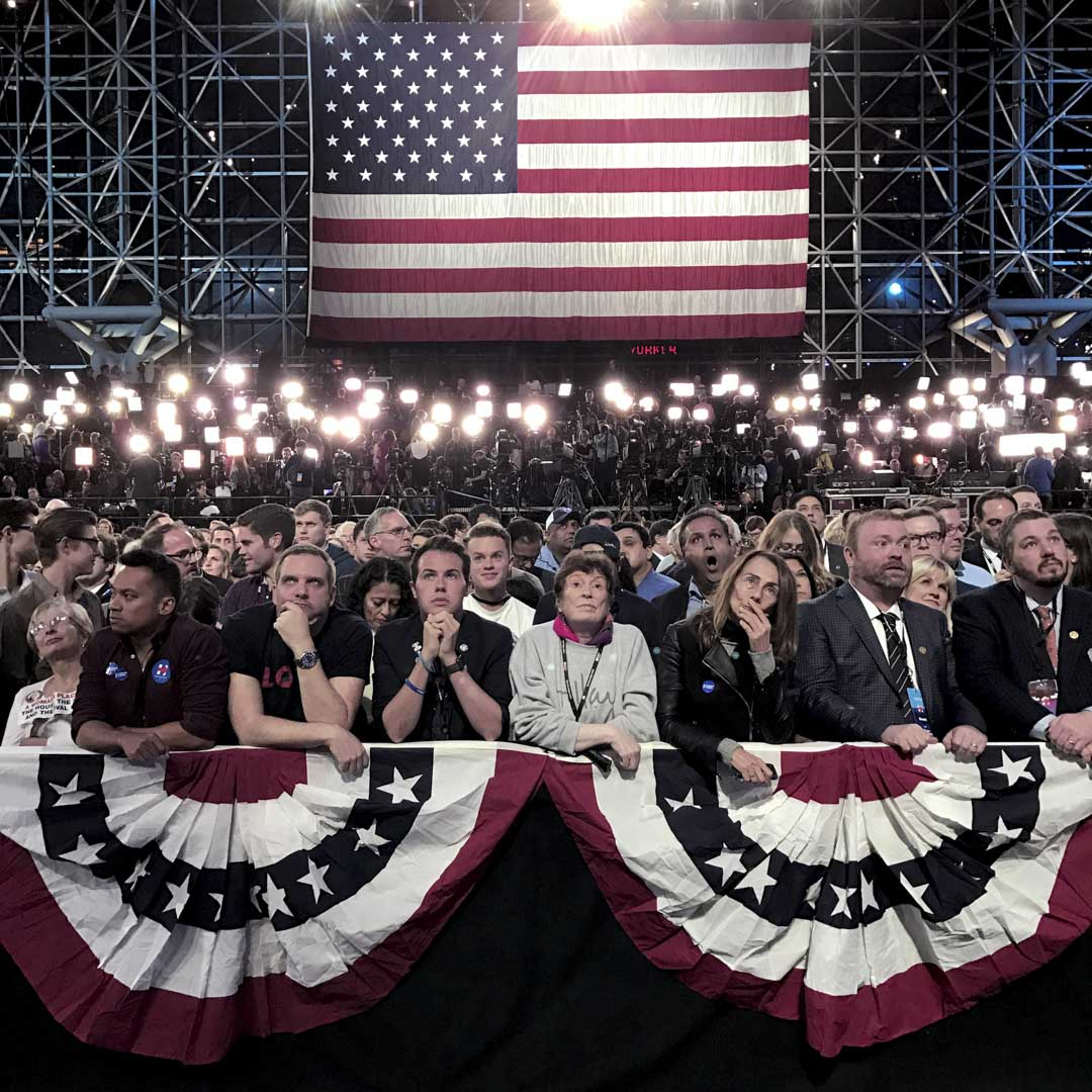 2016年11月8日紐約,民主黨總統候選人希拉里・克林頓的支持者在競選集會上,等待觀看投票結果。