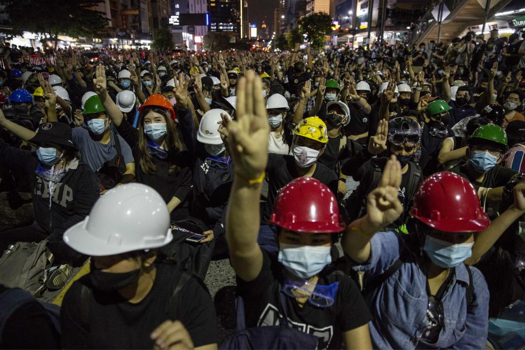 2020年10月21日,泰國曼谷,抗議者在政府大樓附近遊行抗議。 攝:Lauren DeCicca/Getty Images