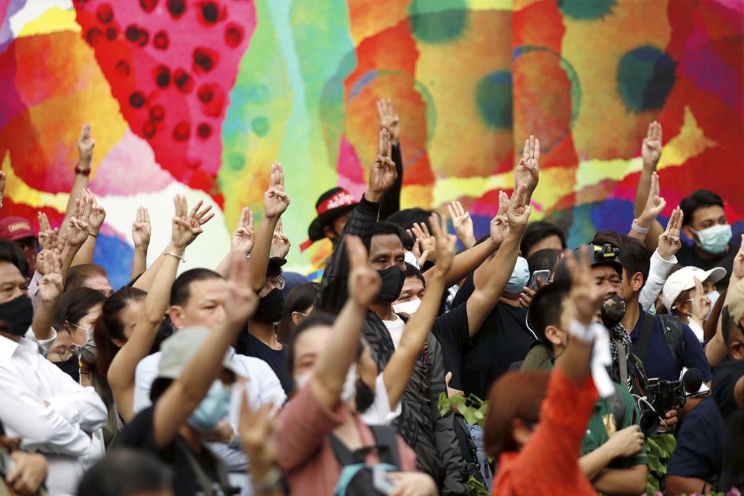 2020年10月15日在泰國首都曼谷,反政府示威者不顧清晨頒佈的緊急狀態令,而如期在商業區參與示威集會。 攝:Jorge Silva / Reuters