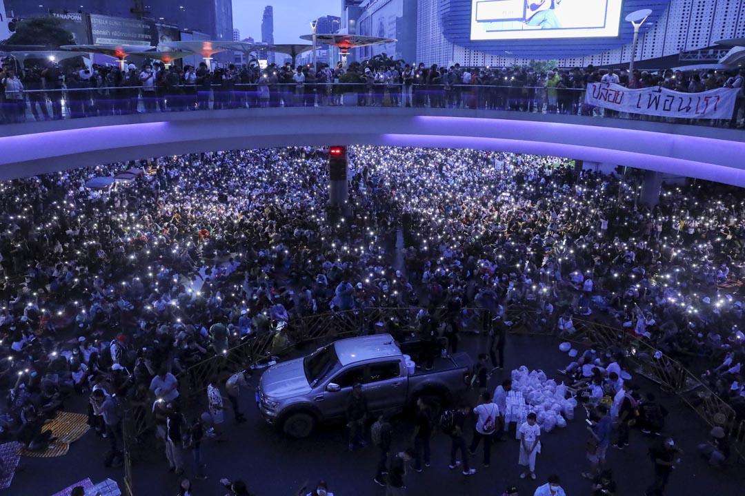2020年10月16日泰國曼谷,示威者舉起手機在反政府抗議活動中。