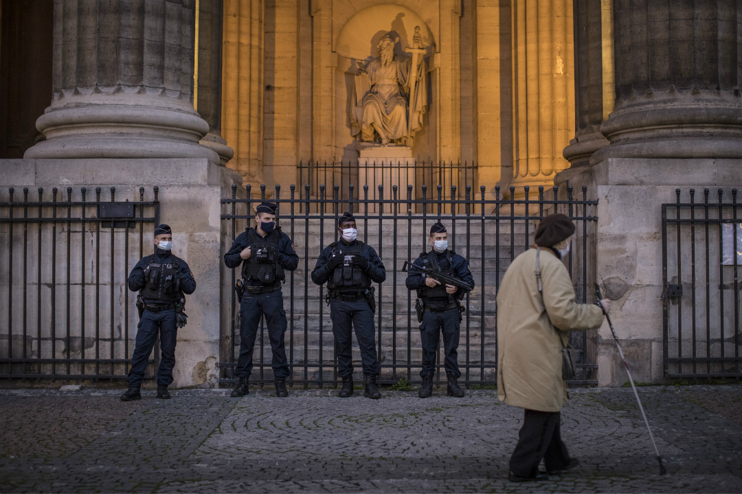 2020年10月29日,法國巴黎,警察守衛 Saint-Sulpice 教堂。 攝:Siegfried Modola/Getty Images