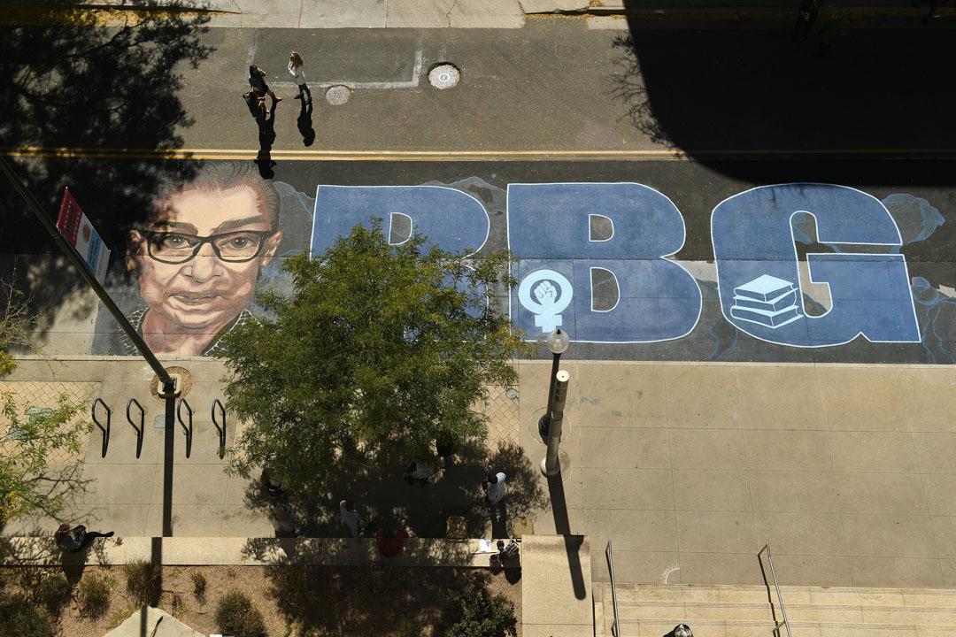 2020年9月29日,藝術家Adri Norris在科羅拉多州丹佛市第12大街創作一幅巨型壁畫,以紀念已去世的大法官金斯伯格。