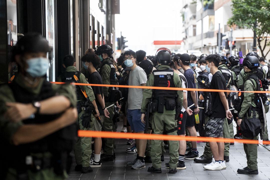 2020年10月1日,銅鑼灣百德新街62人涉未經批准集結被捕。 攝:林振東/端傳媒