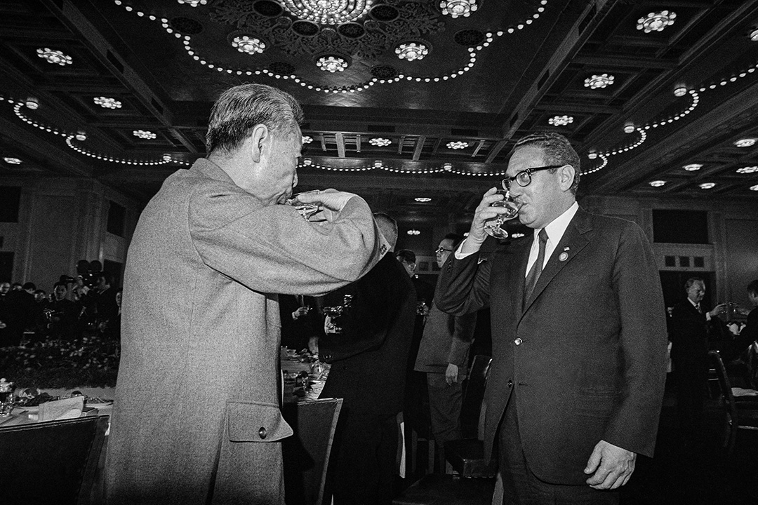 1972年2月25日北京,亨利·基辛格(Henry A. Kissinger)為到訪中國與周恩來總理一起敬酒 。