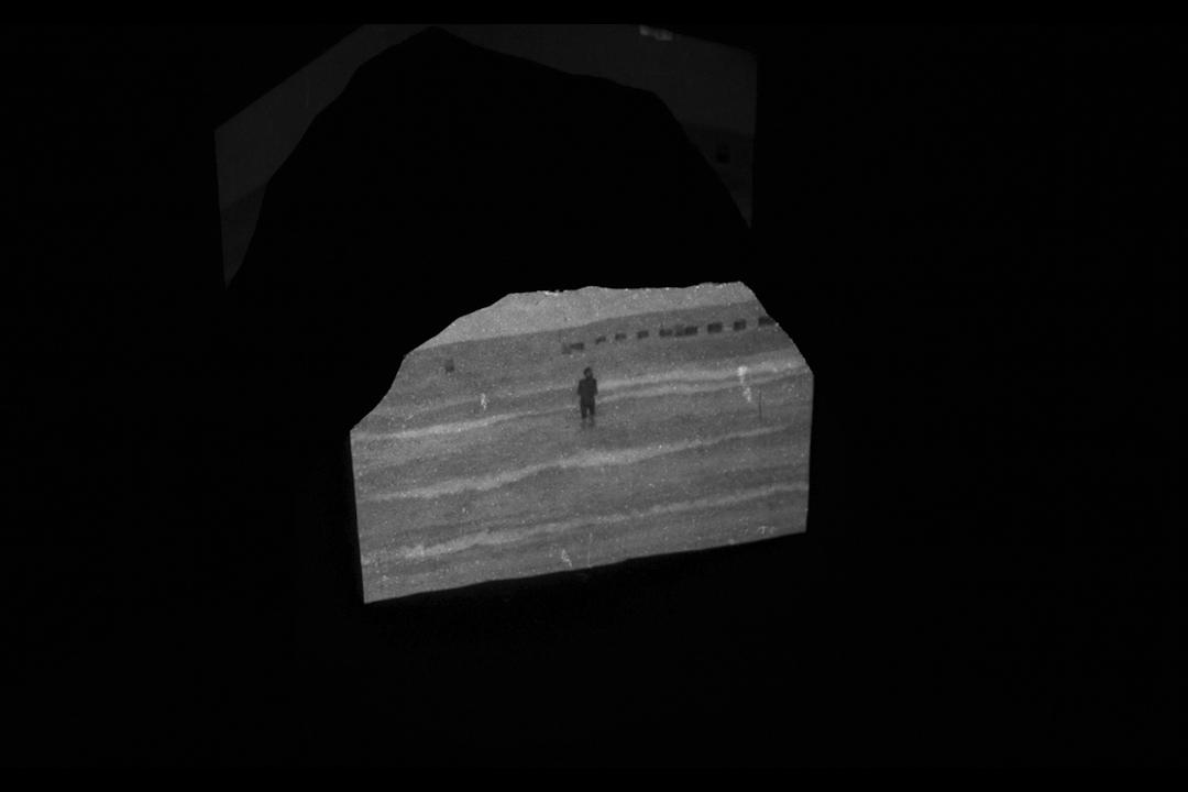 《一平山峰》,投影在花崗巖碑上的影像裝置截圖。大陸間的海是區隔的海,它是混沌的。它讓文化碰撞。 海洋法與陸地法交融。主權與人權碰撞。 我是一隻小橋,我是海下電纜。 我想讓陸地融化,我想去妖魔化。