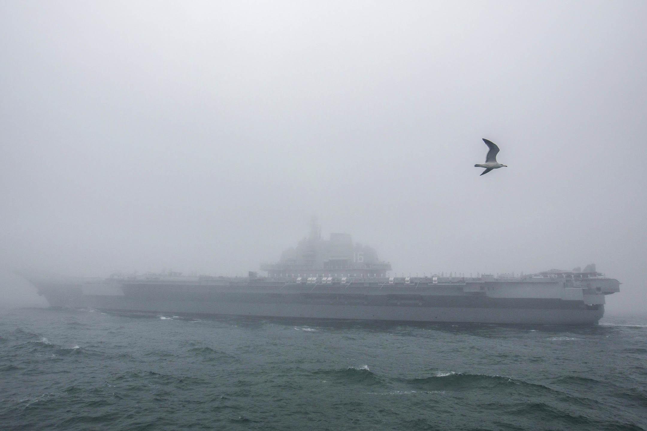 2019年4月23日,中國人民解放軍海軍航空母艦遼寧號參加中國人民解放軍海軍成立70周年海上閱兵。 攝:Mark Schiefelbein/AP/達志影像