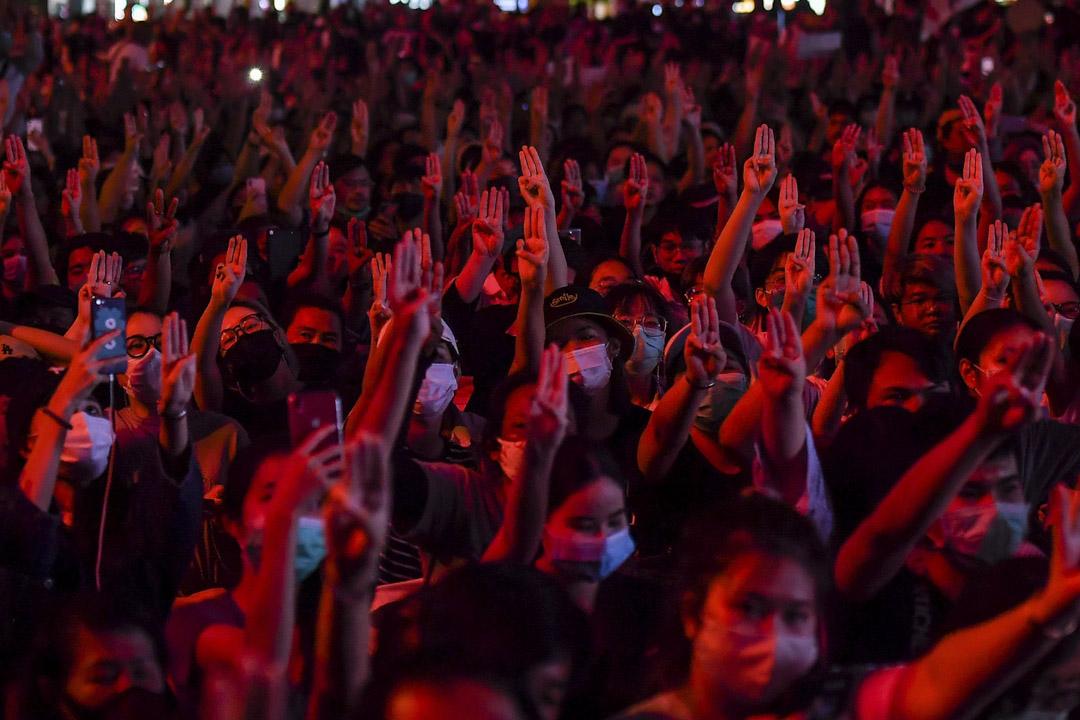 2020年10月15日,反政府示威者高舉了三隻手指, 成千上萬的泰國反政府示威者佔領了曼谷的主要道路,要求泰國總理巴育辭職,並對君主制進行改革。