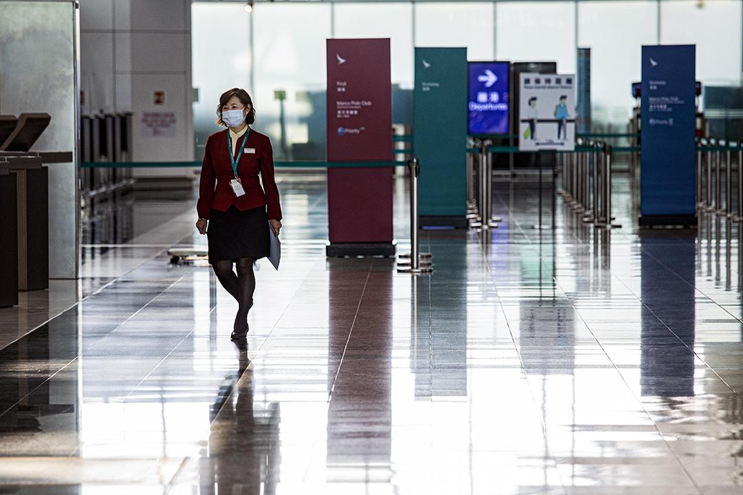2020年10月21日香港國際機場,一名國泰航空的地勤人員在登機櫃位工作。 攝:陳焯煇/端傳媒
