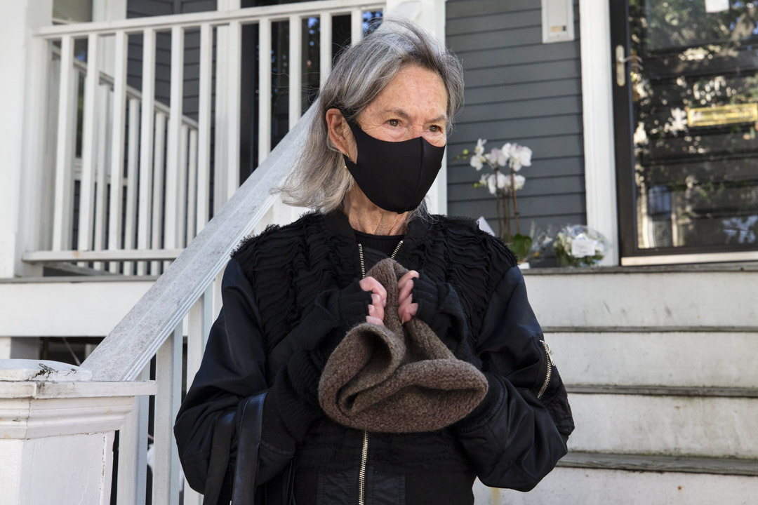 2020年10月8日,美國女詩人Louise Gluck獲2020年度諾貝爾文學獎,之後在美國馬薩諸塞州的家外接受採訪。