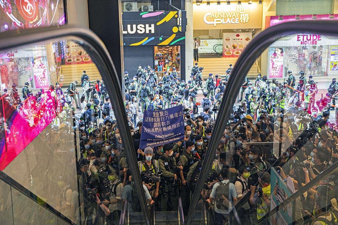 2020年10月1日銅鑼灣,警察進入商場舉起藍旗驅散示威者。