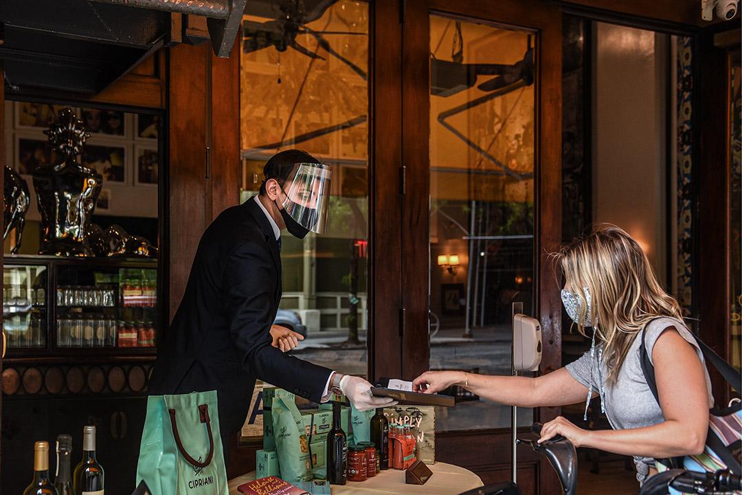2020年5月22日紐約,2019冠狀病毒流行期間,紐約蘇豪區的餐館照常營業。 攝:Stephanie Keith/Getty Images