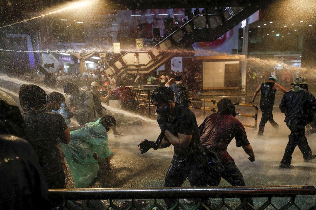2020年10月16日泰國曼谷舉行的反政府抗議活動中,人們被水砲擊中。