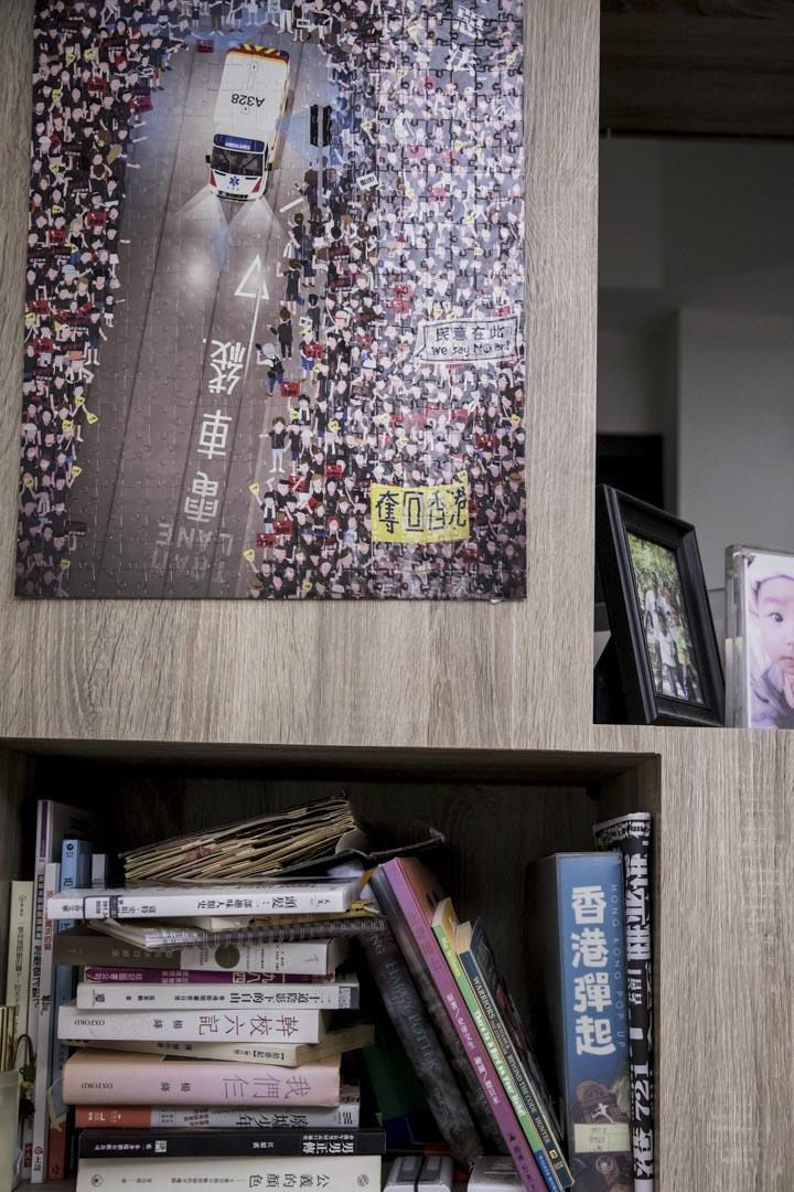 美智與朱仔在台北的家中,掛上了一幅香港運動現場的拼圖。