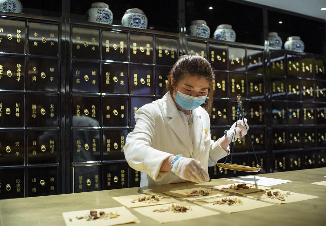 2020年7月22日,一名藥劑師在北京同仁堂中醫診所配藥。  攝:Hou Yu/China News Service via Getty Images