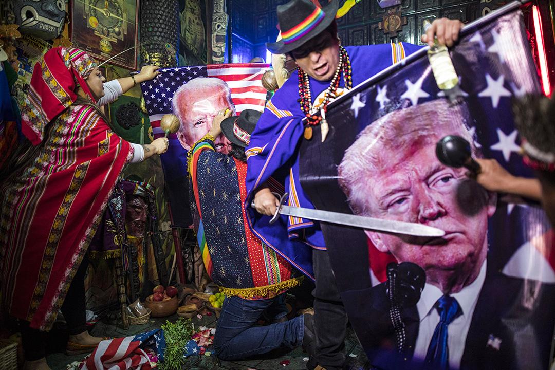 2020年9月16日秘魯利馬,薩滿祭司舉行儀式,預測誰將贏得即將舉行的美國總統大選,並祈禱減少2019冠狀病毒流行。 攝:Rodrigo Abd/AP/達志影像