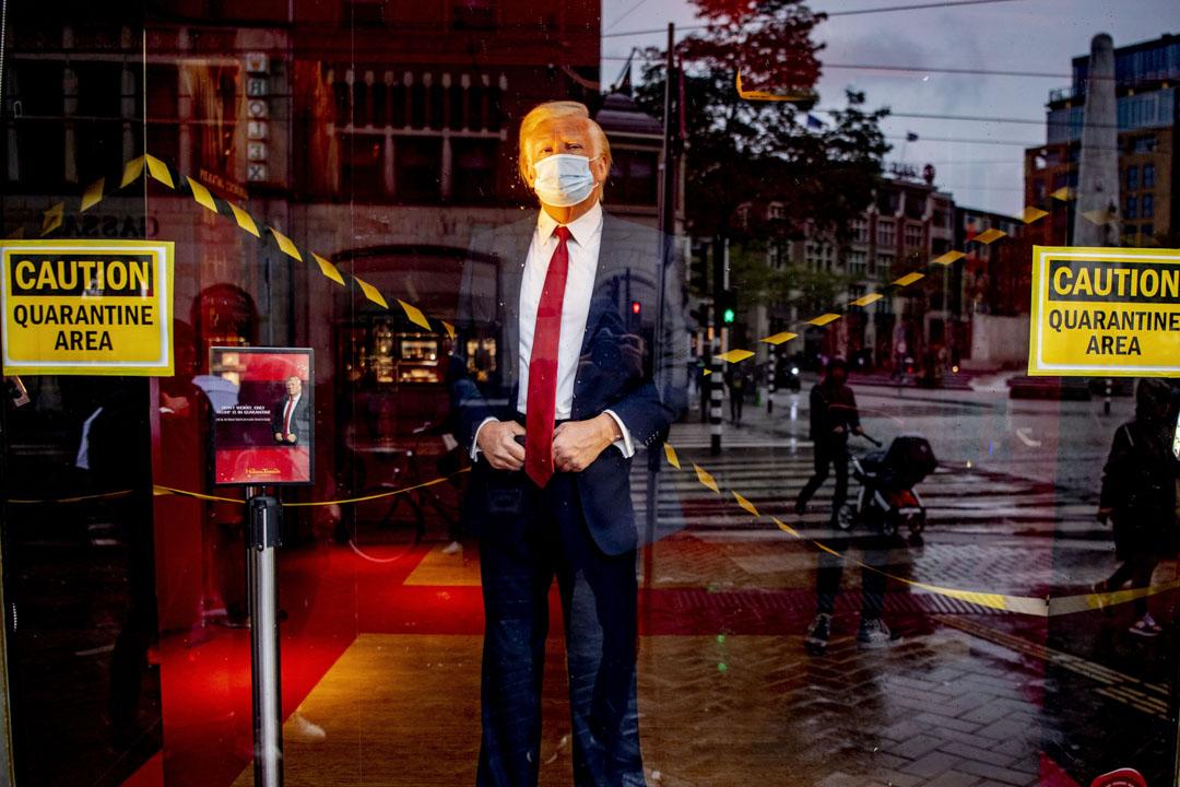 2020年10月3日,美國總統特朗普戴上口罩的蠟像在荷蘭阿姆斯特丹的杜莎夫人蠟像館中被「隔離」。