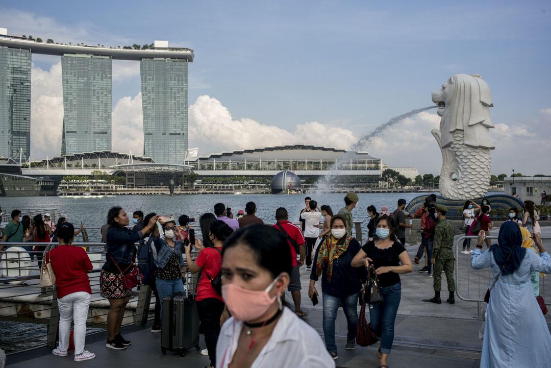 2020年8月9日,新加坡國慶節期間,戴著口罩的旅客在魚尾獅公園拍照。 攝:Maverick Asio/SOPA Images/LightRocket via Getty Images