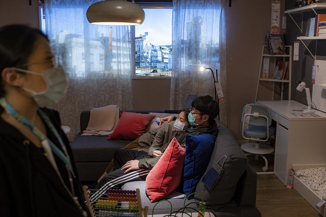 2020年3月8日台北,一對年青情侶在選購傢俬。 攝:陳焯煇/端傳媒