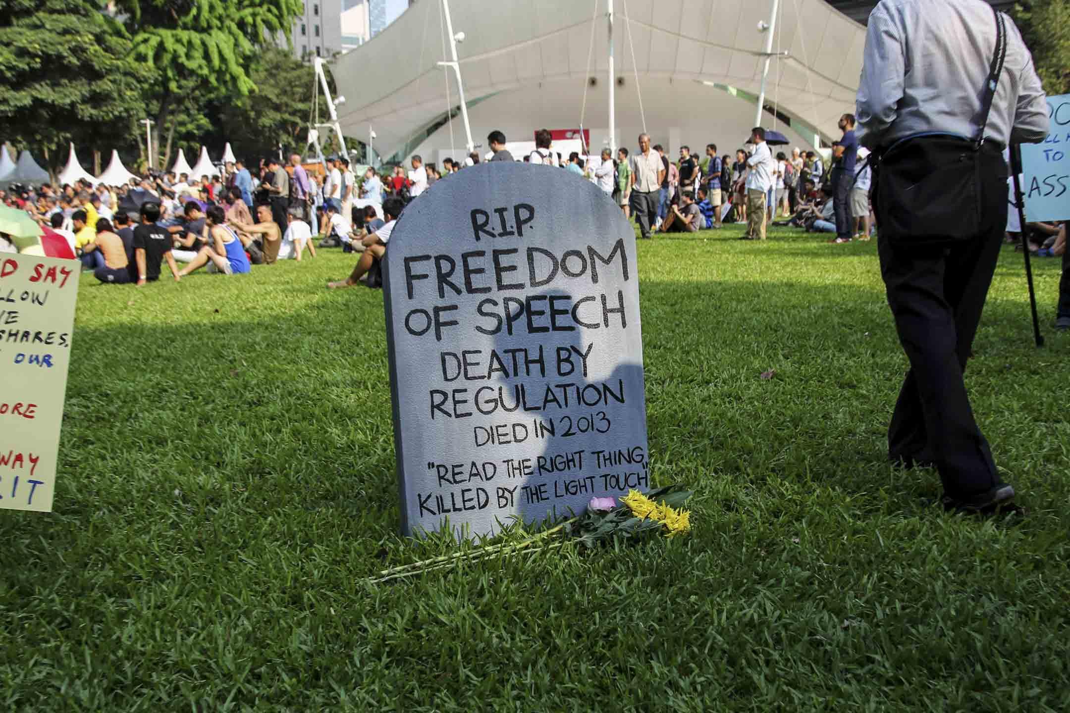 2013年6月8日,約千名市民在芳林公園舉行集會,抗議新加坡政府對新聞網站的管制,鉗制言論自由。 攝:Wong Maye-E/AP/達志影像
