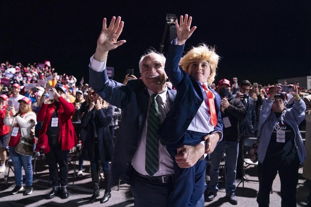 2020年10月13日,特朗普總統的支持者在賓夕法尼亞州約翰斯敦舉行的競選集會時歡呼雀躍。