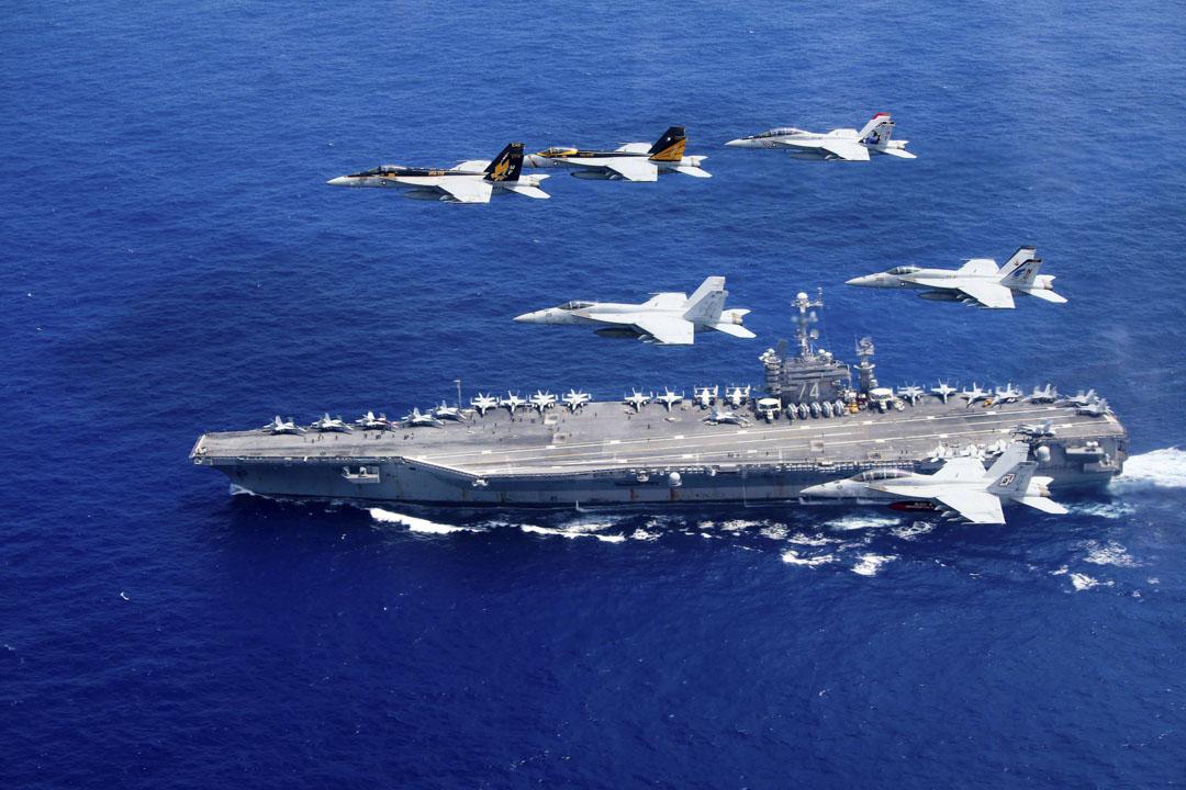 2016年06月18日菲律賓海,戰鬥機飛過美國的尼米茲級航空母艦。