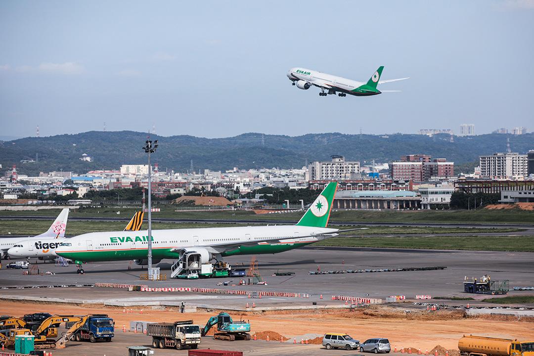 2020年9月23日台灣桃園國際機場,長榮航空公司的飛機在起飛。 攝:I-Hwa Cheng/Bloomberg via Getty Images