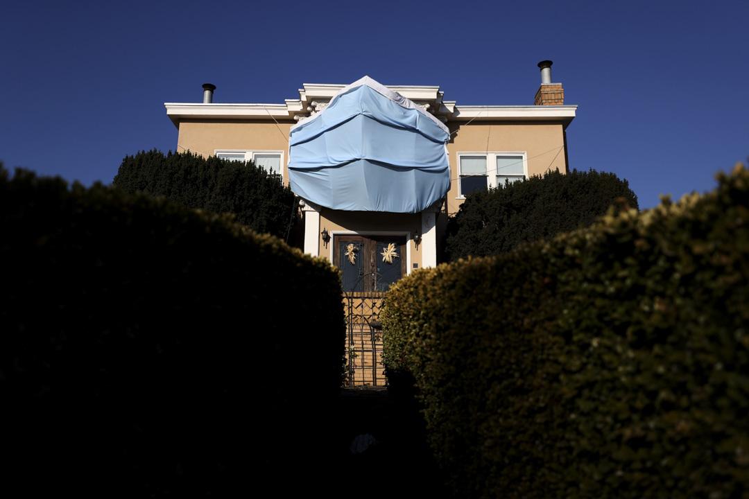 2020年10月23日,加州舊金山的一間房屋門上,展示了一個大型定製手術口罩。