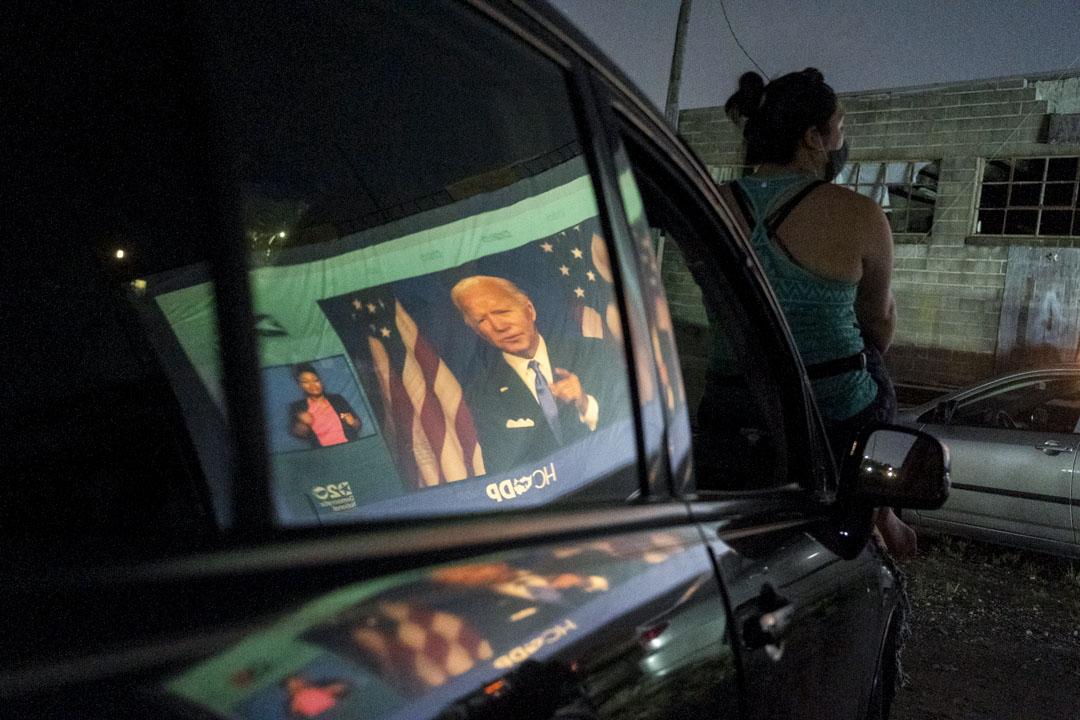 2020年8月20日,德克薩斯州休斯頓的市民觀看民主黨全國委員會中拜登的直播講話。